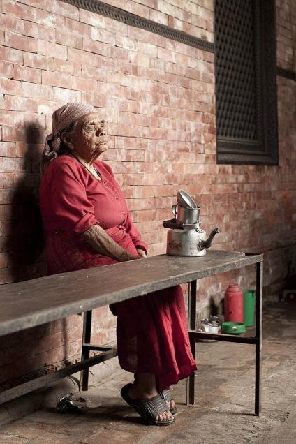 La donna cieca aspetta il tè del mattino nel ricovero per anziani di Pashupatinath. La luce è protagonista tanto quanto il soggetto, il tono della storia è intenso, non suggerisce leggerezza - perché non c'è leggerezza nella storia di questa donna.