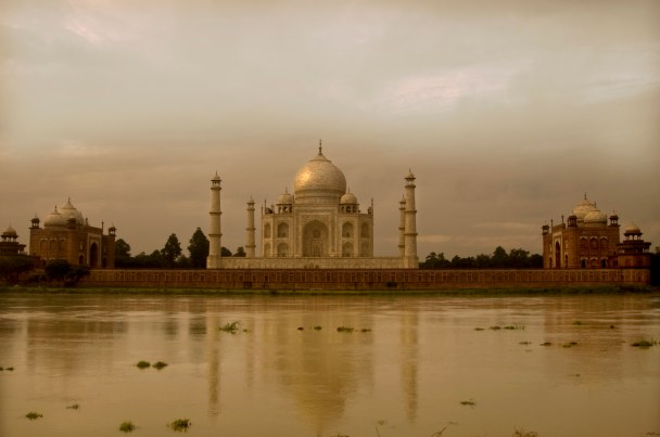 Taj Mahal all'alba in una coda di monsone estivo