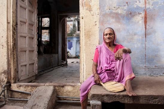 Anziana nella città vecchia di Varanasi. Composta sui terzi per rendere il ritratto più dinamico e lasciare intravvedere parte del suo mondo