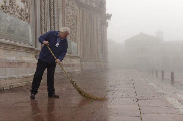 La bruma del mattino vela il duomo di Orvieto. La luce diffusa trasmette pace e silenzio, la giornata deve ancora cominciare