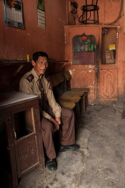 Guardia giurata nepalese. Per ottenere il ritratto, gli ho chiesto di entrare qualche minuto all'ombra, fuori imperversava un sole fortissimo