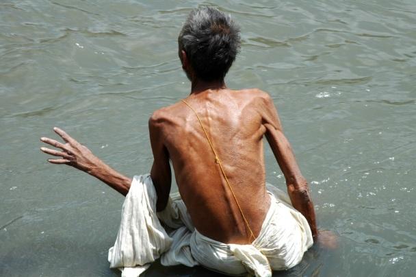 Un saddhu si bagna nel Bagmati, il fiume sacro nepalese.