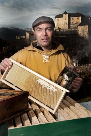 Andrea Paternoster, proprietario di Mieli Thun. Ritratto tra le sue arnie in Trentino, per un libro fotografico che raccoglieva eccellenza enogastroniche italiane