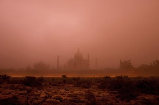 Una tempesta di sabbia ha reso la silohuette del Taj Mahal meno scontata